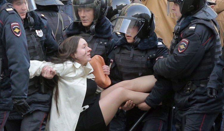 piterskie-politsejskie-nezakonno-zaderzhali-i-izbili-storonnikov-navalnogo